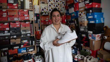 """Dans son appartement, où elle stocke ses 550 paires de sneakers, la blogueuse Amel Mainich-Moreaux évoque un véritable """"engrenage""""."""