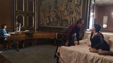 """Pascal Vander Zypen, Christian Dalimier et la pianiste Sophie Talbot durant une répétition du spectacle """"Autour du lit"""" au château de Modave"""
