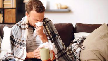 Les personnes atteintes de grippes doivent faire attention à bien s'hydrater, notent les médecins.