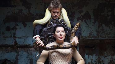 """Marina Abramović et Willem Dafoe sur scène durant une représentation de """"The Seven Deaths of Maria Callas"""" à l'Opéra d'État de Bavière à Munich."""