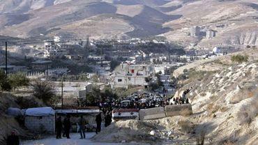 Photo fournie par l'agence officielle syrienne Sana le 11 janvier 2017 montrant des habitants des villages de la région rebelle de Wadi Barada qui attendent de pouvoir quitter la zone