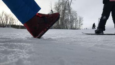 Ces chaussures se portent sur une piste de ski classique, au milieu des skieurs et snowboarders