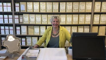 Muriel Fagot dans sa boutique l'Heure bleue