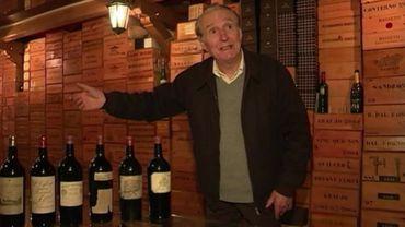 Michel Chasseuil dans sa cave à vins