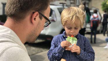 Walter mange avidement sa petite compote après une première journée pleine d'émotions