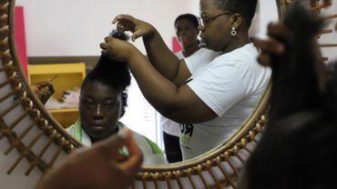 """Lauryl coiffe Frédérique au salon """"La touche finale"""" d'Abidjan."""