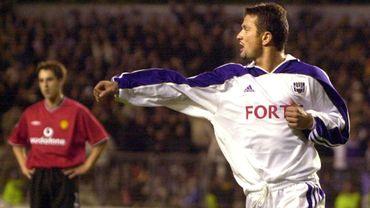 Tomasz Radzinski ici devant le Mancunien Gary Neville en 2000