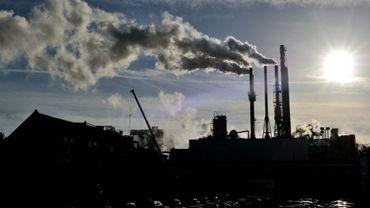 Le 31 octobre 2013 à Haubourdin dans le Nord de la France, de la fumée s'échappe d'une usine