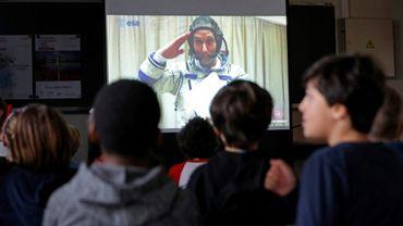 Depuis leur salle de classe dans le XIXe arrondissement de Paris, des écoliers dialoguent avec l'astronaute Thomas Pesquet, connecté en direct depuis la Station spatiale internationale (ISS).