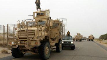 Des forces  progouvernementales au Yémen à bord de véhicules blindés, arrivent dans le secteur d'Al-Durayhimi, à quelque neuf km au sud de l'aéroport de Hodeida, le 13 juin 2018