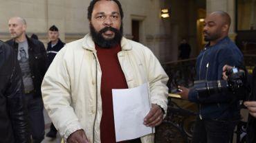 Dieudonne M'bala M'bala, polémiste francais, en mars 2015 lors d'un autre procès à Paris