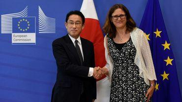 La commissaire européenne au Commerce, Cecilia Malström, et le ministre japonais aux Affaires étrangères, Fumio Kishida, à Bruxelles le 5 juillet 2017