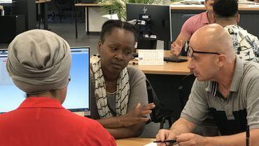 Une interprète du SETIS aide un chercheur d'employeur bulgare qui souhaiterait apprendre le français
