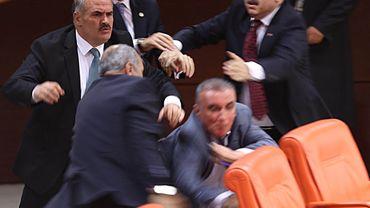 Échange de coups entre députés au parlement turc.