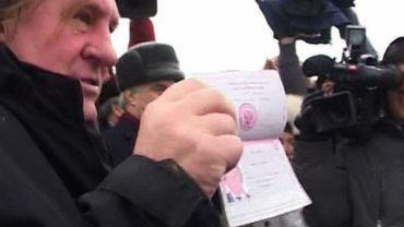 Gérard Depardieu exhibant son nouveau passeport russe