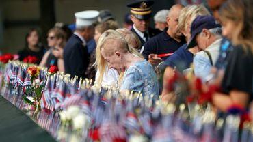 Des personnes se recueillent à New York lors de la cérémonie de commémoration des attentats du 11-Septembre, le 11 septembre 2019