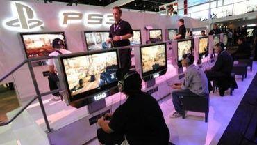 Des joueurs essaient les consoles de Sony PS3 en juin 2009 à Los Angeles