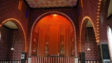 L'étonnante Chapelle de verre a été restauré avec les matériaux d'origine et est devenu un lieu culturel et une creperie: surprenante par son contraste, à voir absolument!