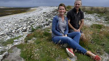 Pendant dix ans, Soizic (g) et David (d) ont vécu sur un îlot désert au large de la Bretagne pour le faire revivre.