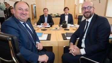 A nouveau en course en Wallonie, le MR aura encore tenté de s'inviter à Bruxelles.