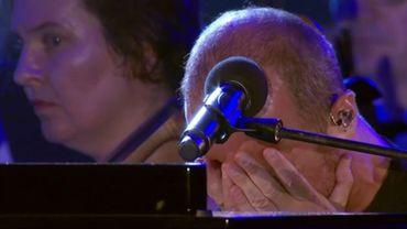 En larmes, Calogero ne peut finir sa chanson hommage aux victimes de l'attentat de Nice