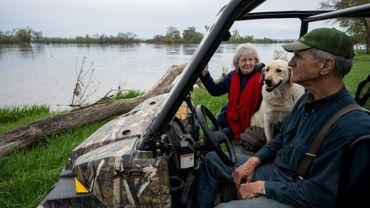 Les agriculteurs américains Clare and Gayla Duda observent la rivière Missouri qui inonde leurs terres près d'Omaha dans le Nebraska le 3 mai 2019.