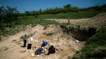 Une équipe de paléontologistes fouille un site près du village de Roupkite, dans le sud de la Bulgarie, le 7 juin 2017