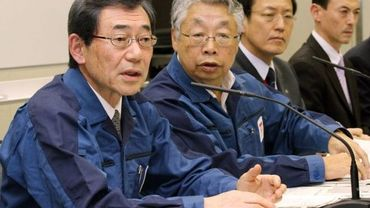 Masataka Shimuzu (à gauche) lors d'une conférence de presse à Tokyo le 13 mars 2011