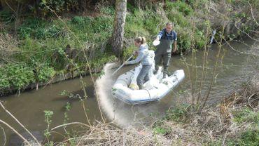 Opération d'épandage sur la rivière