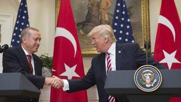 Les présidents turc Recep Tayyip Erdogan (G) et américain Donald Trump après leur conférence de presse commune à la Maison Blanche à  Washington, le 16 mai 2017
