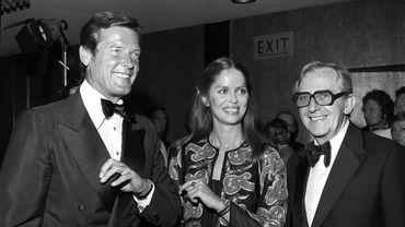 """Lewis Gilbert auxcôté des acteurs Roger Moore et Barbara Bach à la première du film """"L'Espion qui m'aimait"""", en 1977"""