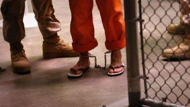 Un détenu entouré de gardiens à la prison de Guantanamo