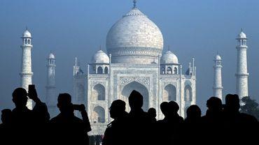 Des touristes visitent le Taj Mahal, à Agra le 12 janvier 2020
