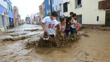 Des habitants dans une rue inondée de Trujillo, à 570 km au nord de Lima, le 18 mars 2017
