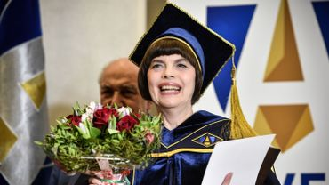 Mireille Mathieu recevant son titre à Moscou