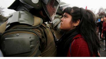 La photo d'une jeune fille qui tient tête à la police au Chili
