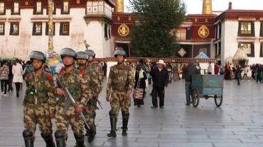 Des militaires chinois patrouillent dans les rues de Lhassa, la capitale du Tibet
