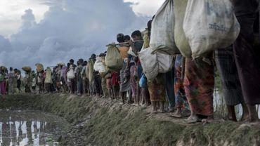 Des réfugiés rohingyas qui ont fui la Birmanie arrivent au Bangladesh, le 9 octobre 2017 à Whaikhyang