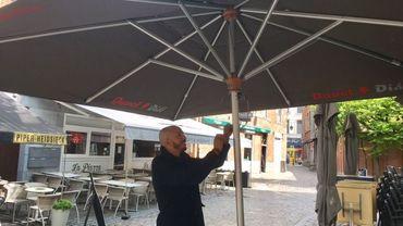 Les cafetiers namurois ouvrent leurs nouveaux parasols place du marché aux légumes et place du théâtre. Une harmonisation voulue par la Ville.