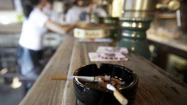 A partir de ce vendredi 01er juillet, il est interdit de fumer dans les cafés et bistrots.
