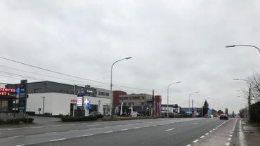 De nombreux commerces se sont implantés au bord de la nationale, pour offrir un parking plus aisé à leurs clients