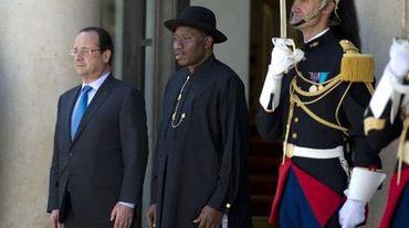 Le président français François Hollande pose avec son homologue nigérian Goodluck Jonathan (d) à l'Elysée, à Paris, le 17 mai 2014