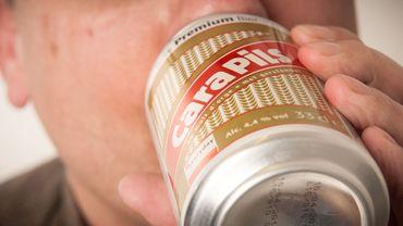 """Emoi autour de la pénurie de Cara Pils: pourquoi la """"plus mauvaise bière du monde"""" est si populaire?"""