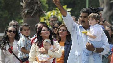 Nicolas Maduro à la sortie du bureau de vote, son petit-fils dans les bras,  le 14 avril 2013 à Caracas