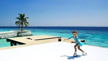 Une patinoire sur une plage aux Maldives pour les fêtes de fin d'année.