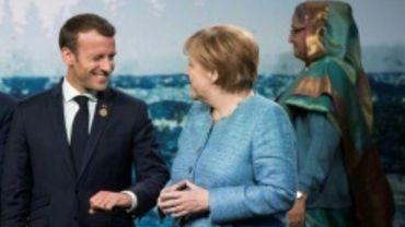 Le président français Emmanuel Macron (G) discute avec la chanelière allemande Angela Merkel durant le sommet du G7 à La Malbaie, au Canada le 9 juin 2018