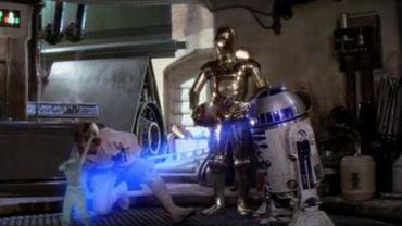 Dans cette version parodique, R2D2 projette un hologramme du rappeur décédé Tupac Shakur