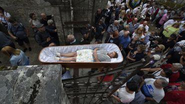 La sixième, Maria Rodriguez, elle, a passé trois quarts d'heure allongée dans un cercueil pour remercier la sainte d'avoir sauvé son chien d'un cancer.