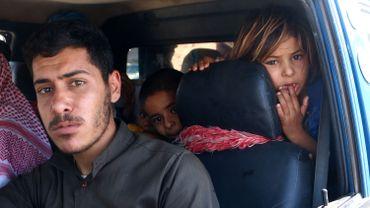 Une famille syrienne se réfugie dans une zone considérée comme plus sûre dans la province d'Idlib