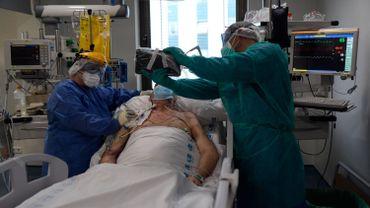 Pour réduire la mortalité du Covid-19, des médecins intubent les malades plus tard